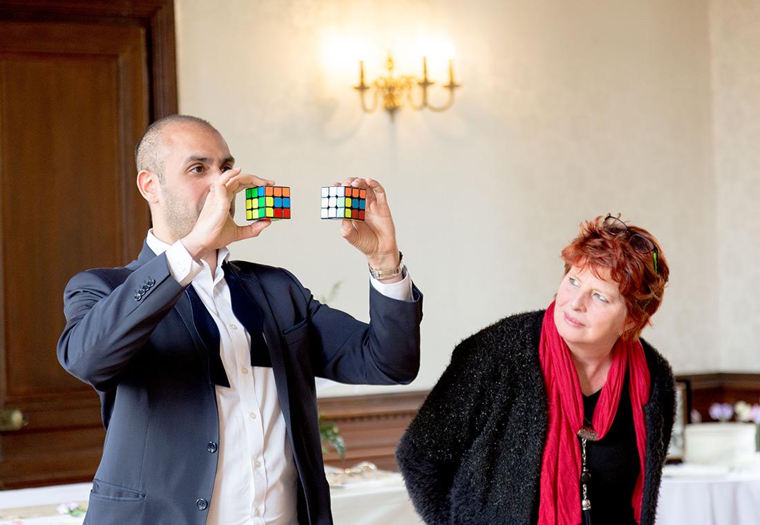 Spectacle de magie avec un Rubik's Cube